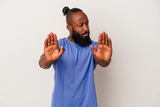 Afro-amerikaanse man met baard geïsoleerd op roze achtergrond permanent met uitgestrekte hand weergegeven: stopbord, voorkomen dat u.