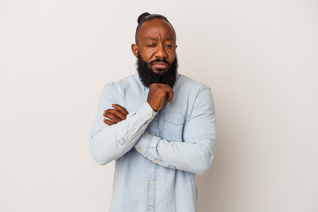 Afro-amerikaanse man met baard geïsoleerd op roze muur verdacht, onzeker, je onderzoeken.
