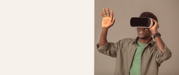 Afro-amerikaanse man met behulp van virtual reality headset kopie ruimte