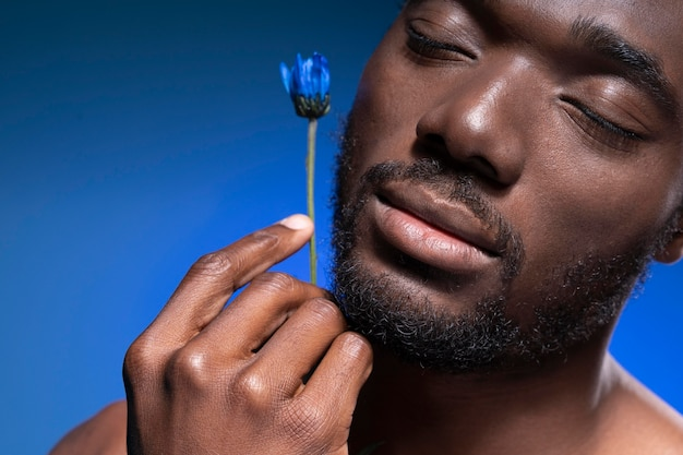 Afro-amerikaanse man met een blauwe bloem