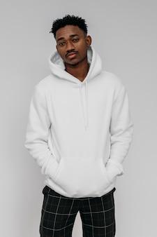 Afro-amerikaanse man met een witte hoodie