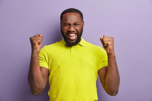 Afro-amerikaanse man met gele t-shirt