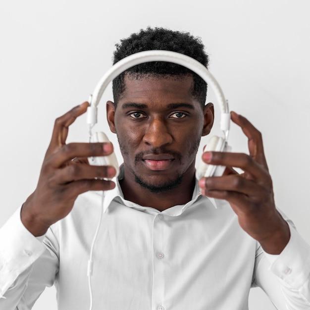Afro-amerikaanse man met koptelefoon