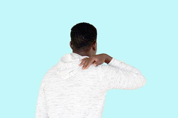 Afro-amerikaanse man met pijn in de schouder