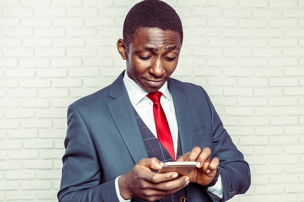Afro-amerikaanse man met samrtphone