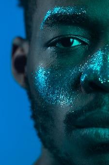 Afro-amerikaanse man met schminken