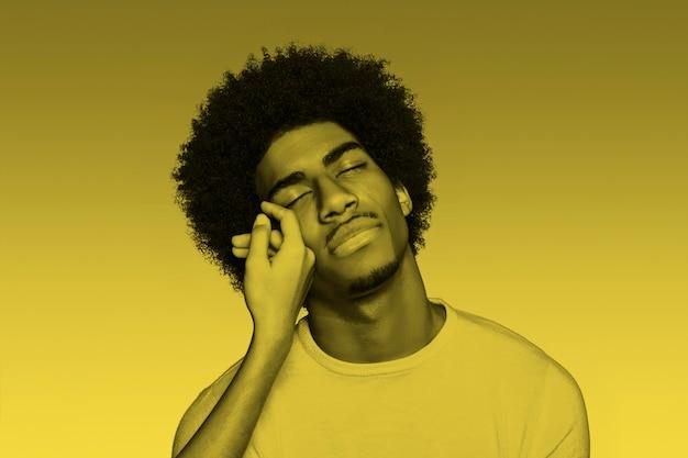 Afro-amerikaanse man met verhelderende kleur