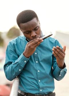 Afro-amerikaanse man muziek afspelen op jazz dag