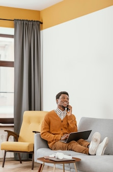 Afro-amerikaanse man op afstand werken vanuit huis