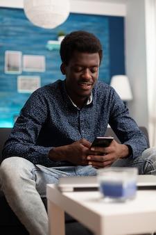 Afro-amerikaanse man op videogesprek met smartphone