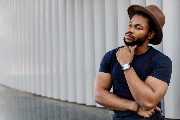 Afro-amerikaanse man op zoek doordachte met kopie ruimte