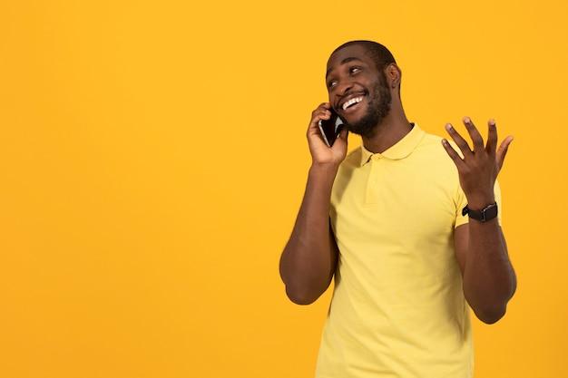 Afro-amerikaanse man praten op de smartphone