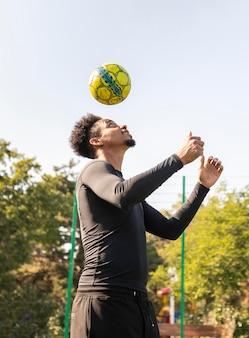 Afro-amerikaanse man voetballen