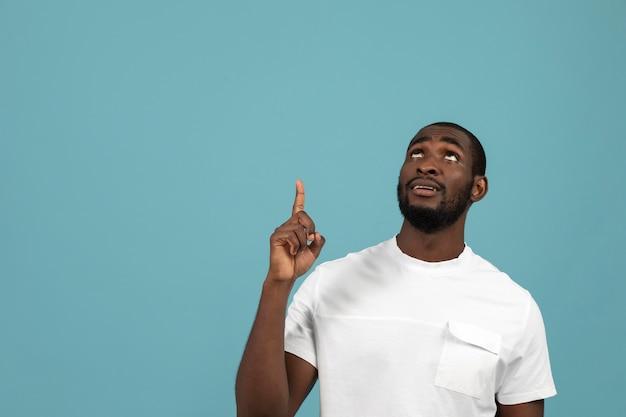 Afro-amerikaanse man wijst naar iets