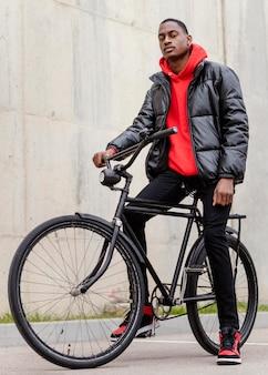 Afro-amerikaanse man zijn fiets