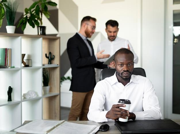 Afro-amerikaanse man zit aan bureau