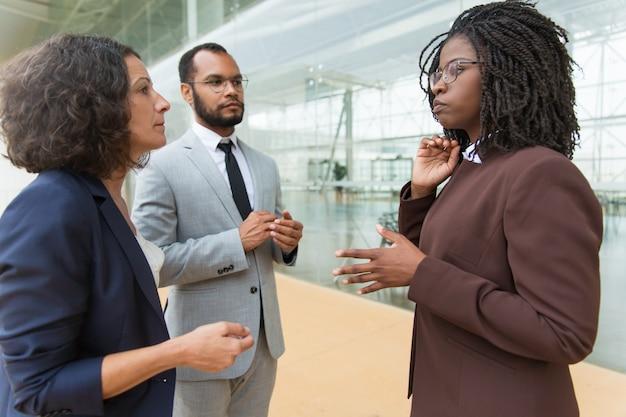 Afro-amerikaanse manager projectdetails uitleggen aan partners