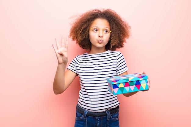 Afro-amerikaanse meisje met een geschenkdoos