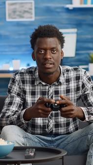 Afro-amerikaanse mensen spelen videogame met joysticks