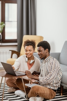 Afro-amerikaanse mensen werken vanuit een moderne plek
