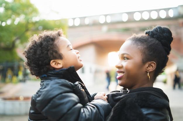 Afro-amerikaanse moeder met zijn zoon.