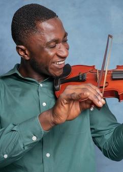 Afro-amerikaanse muzikant die internationale jazzdag viert