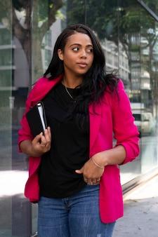 Afro-amerikaanse oman in roze blazer stijlvolle zakelijke casual look