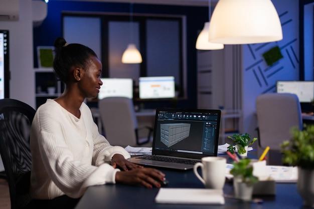 Afro-amerikaanse ontwerparchitect werkt in d-software die prototype containeridee ontwikkelt