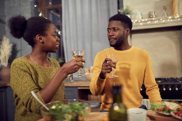 Afro-amerikaanse paar genieten van diner