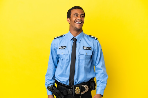 Afro-amerikaanse politieman over geïsoleerde gele achtergrond lachen