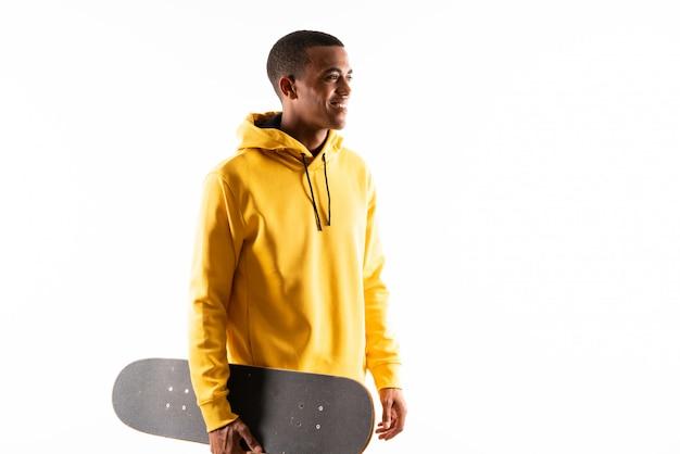 Afro amerikaanse skater man over geïsoleerde witte achtergrond