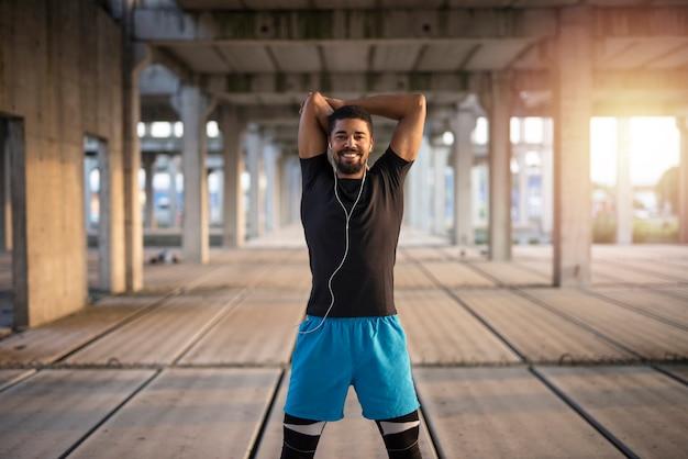 Afro - amerikaanse sportman die zich klaarmaakt voor de training