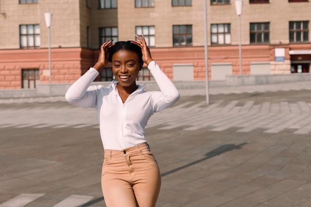 Afro-amerikaanse student glimlacht op zonnige dag
