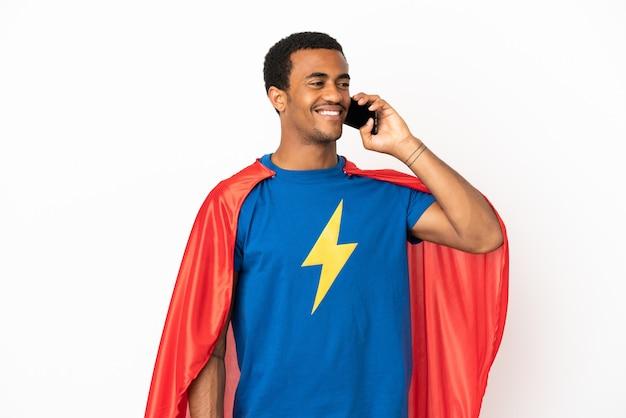 Afro-amerikaanse super hero-man over geïsoleerde witte achtergrond die een gesprek voert met de mobiele telefoon