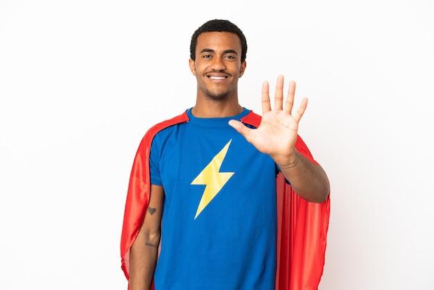 Afro-amerikaanse superheld man over geïsoleerde witte achtergrond die vijf telt met vingers