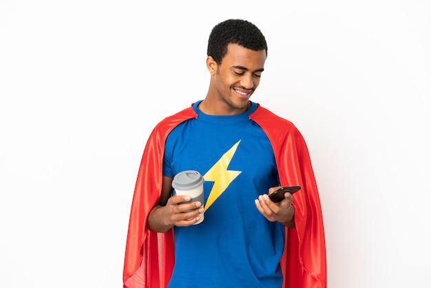 Afro-amerikaanse superheld man over geïsoleerde witte achtergrond met koffie om mee te nemen en een mobiel