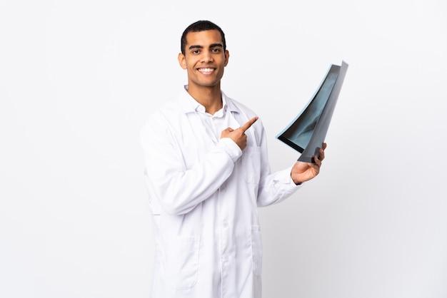 Afro-amerikaanse traumatoloog over geïsoleerde whitewall wijzende vinger naar de zijkant