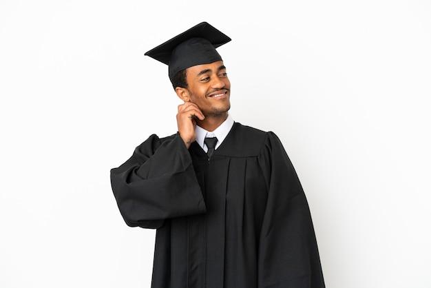 Afro-amerikaanse universitair afgestudeerde man over geïsoleerde witte achtergrond denken een idee