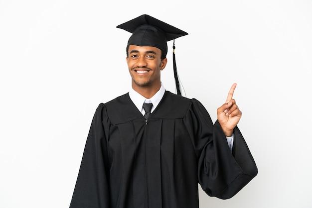 Afro-amerikaanse universitair afgestudeerde man over geïsoleerde witte achtergrond die een vinger toont en opheft in teken van de beste