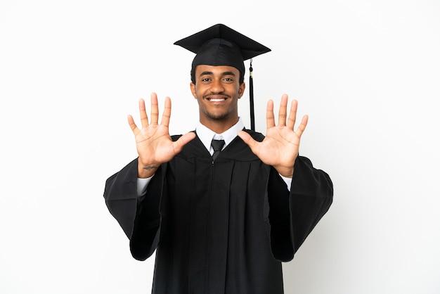 Afro-amerikaanse universitair afgestudeerde man over geïsoleerde witte achtergrond die tien telt met vingers