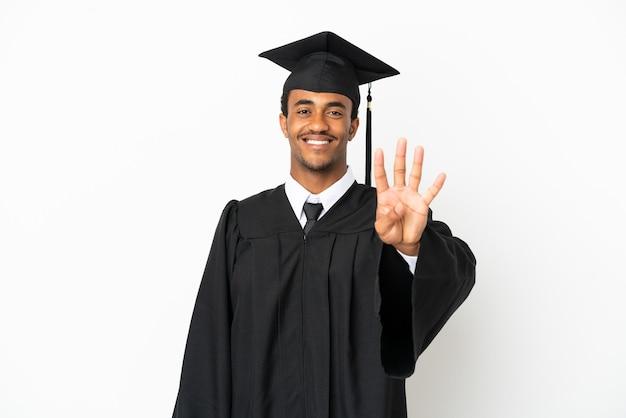 Afro-amerikaanse universitair afgestudeerde man over geïsoleerde witte achtergrond gelukkig en vier tellen met vingers