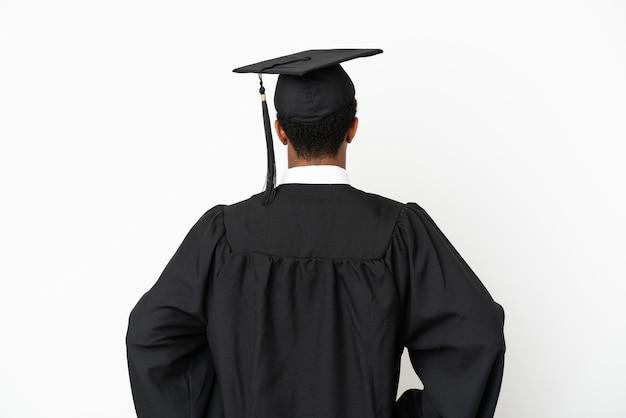 Afro-amerikaanse universitair afgestudeerde man over geïsoleerde witte achtergrond in achterpositie