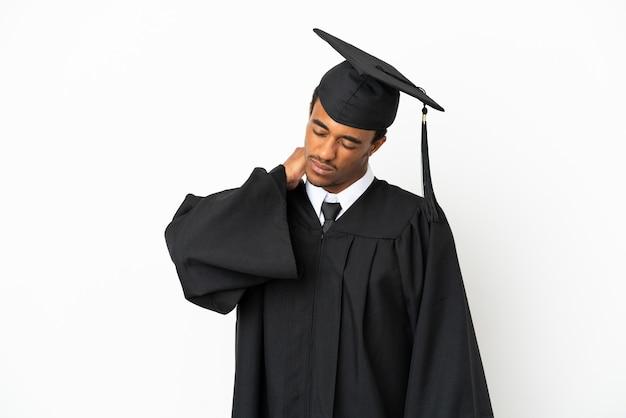 Afro-amerikaanse universitair afgestudeerde man over geïsoleerde witte achtergrond met nekpijn