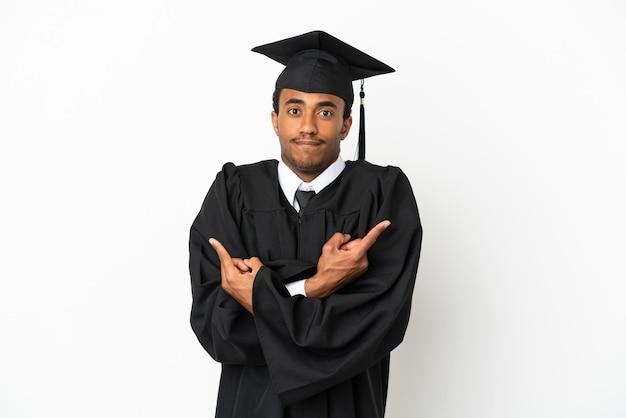 Afro-amerikaanse universitair afgestudeerde man over geïsoleerde witte achtergrond wijzend naar de zijtakken die twijfels hebben