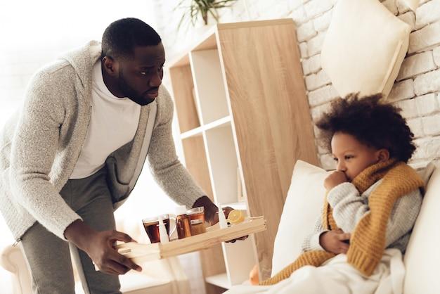 Afro-amerikaanse vader brengt dochter hoest.