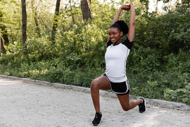 Afro-amerikaanse vrouw die buitenshuis traint