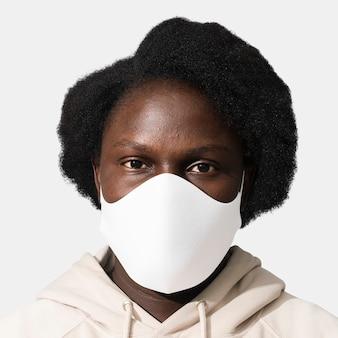 Afro-amerikaanse vrouw die een gezichtsmasker draagt tijdens het nieuwe normaal