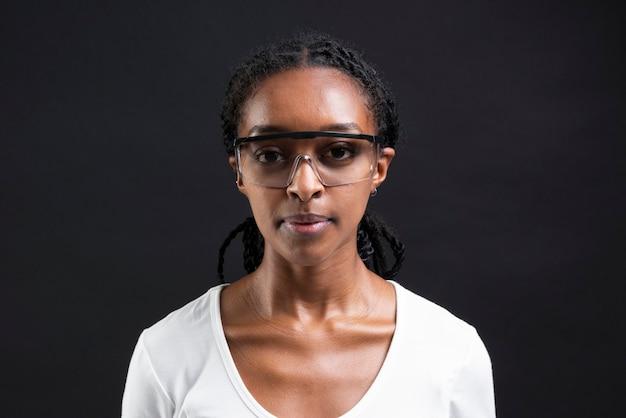 Afro-amerikaanse vrouw die een transparante bril draagt