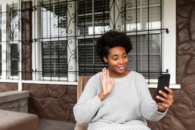 Afro-amerikaanse vrouw die een videogesprek voert