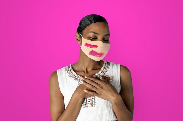 Afro-amerikaanse vrouw die gezichtsmasker draagt om covid 19 te voorkomen